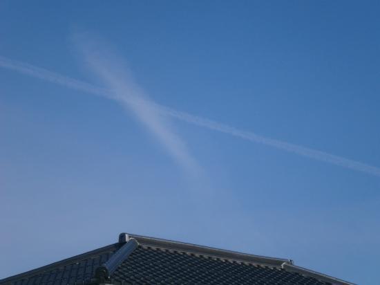 交差する飛行機雲
