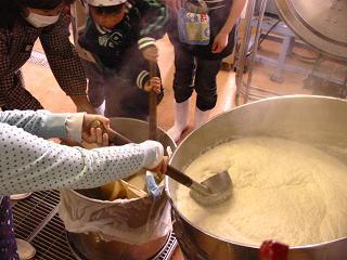 大豆を煮て漉す