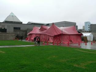 紅テント2