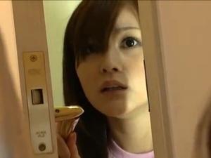 ラブホの客室で他人カップルのフェラを興味深く覗き見する可愛らしい従業員