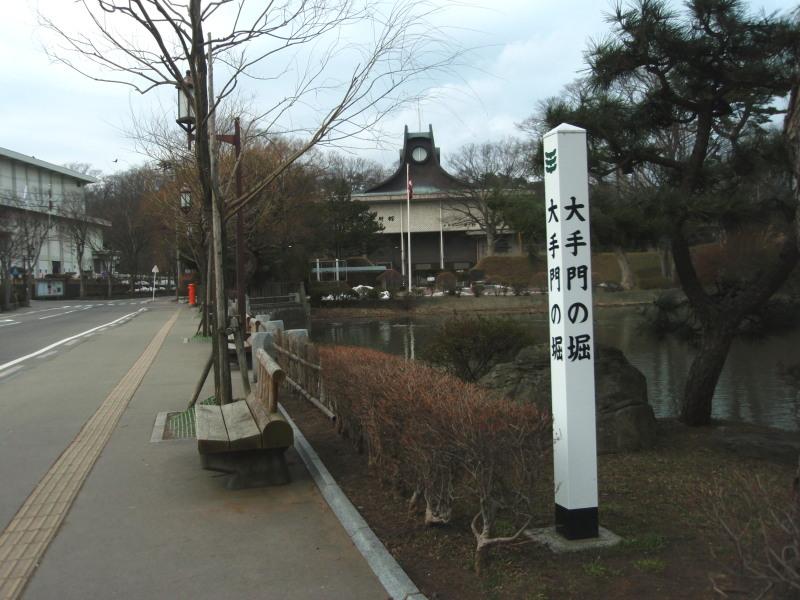 P1011113 大手門の堀と平野政吉美術館(2013年3月)