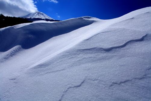 七色に輝く雪面と御嶽山