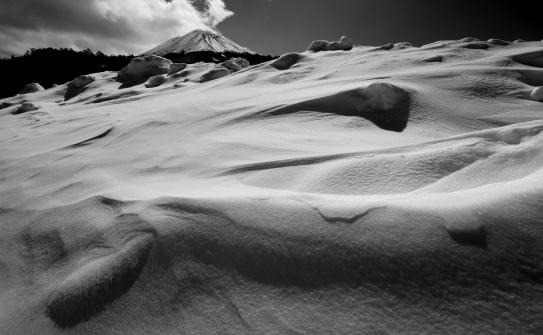雪紋と御嶽山モノクロ