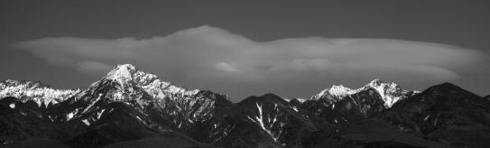 雲抱く南八ヶ岳