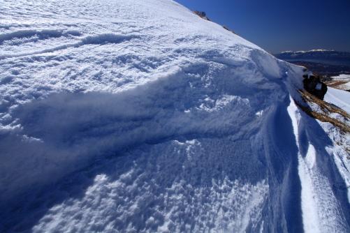 雪壁の彼方に中央アルプス