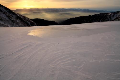 雪原に浮かぶ朝の南アルプス