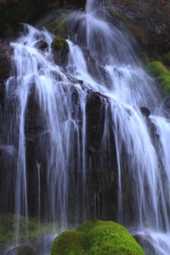 鮮烈な伏流水・吐竜ノ滝