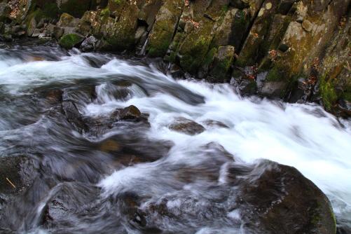 大滝付近の柱状節理が見事に露出した渓谷を流れる