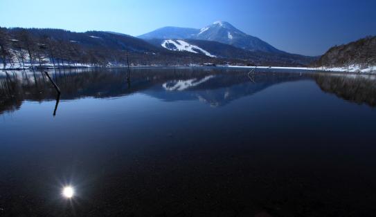 蓼科山と太陽の映える湖
