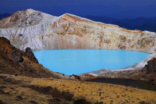 白根山と火口湖