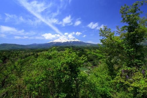 若葉と雲の映える霊峰御岳