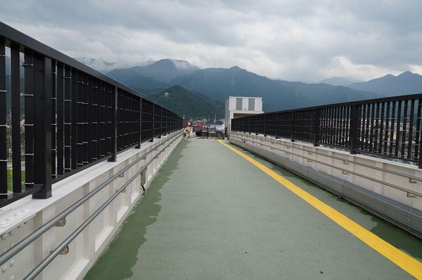 跨線橋を渡って