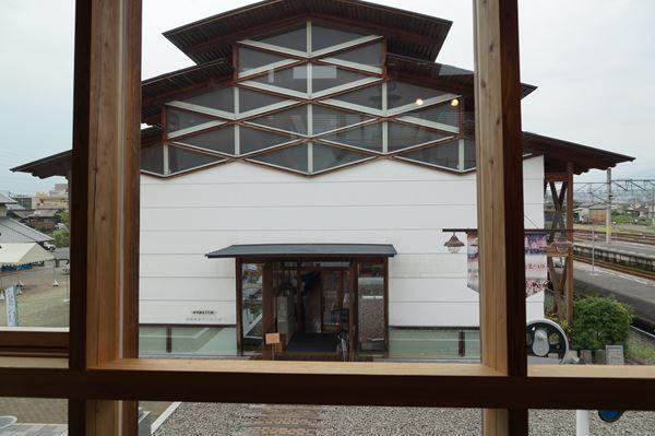 2階から北館を眺める