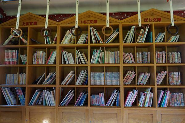 裏側は本棚です