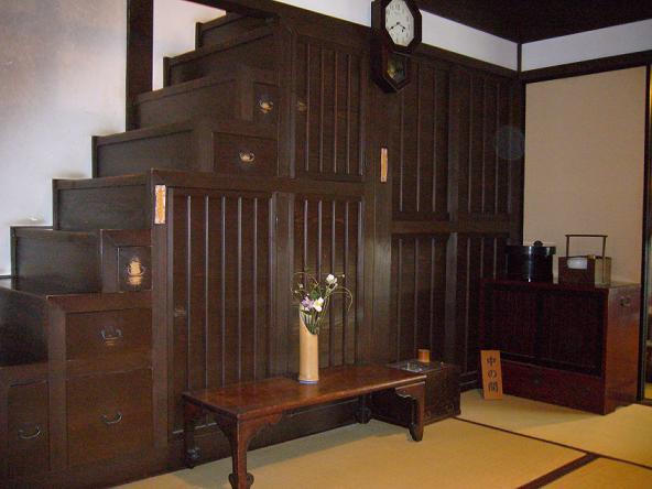 格子の家・箱階段。