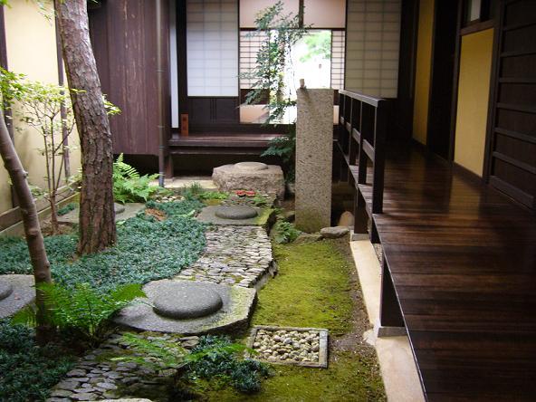 格子の家・中庭。