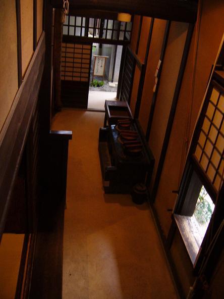 格子の家・土間。