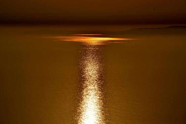 島に沈む夕陽-1