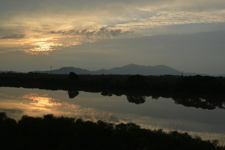 川と夕日と-2