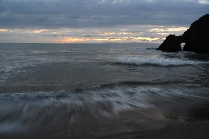 曇りの夕暮れ海岸-2