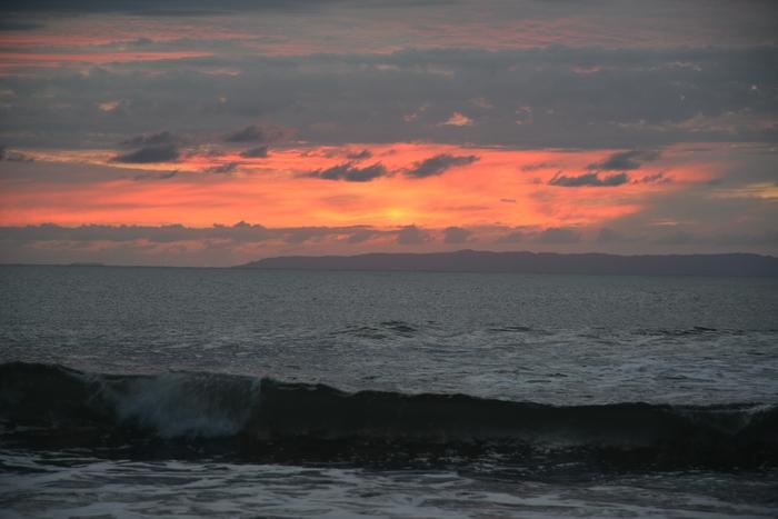 曇りの夕暮れ海岸-1