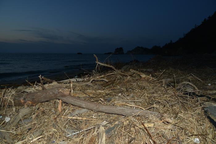 夕暮れ海岸 豪雨の跡-3