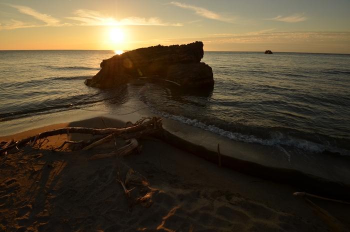 夕陽の海岸 岩-1