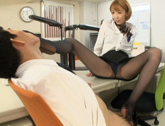 OLの足臭漂うパンストコキや着衣のまま膣奥に中出し挿入の脚フェチDVD画像3