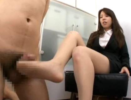 OLの蒸れた足裏や臭いつま先をペロペロして脚コキ射精の脚フェチDVD画像3