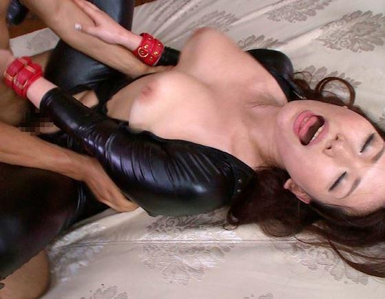 爆乳娘の佐山愛が全身網タイツのコスプレで着衣SEXの脚フェチDVD画像5