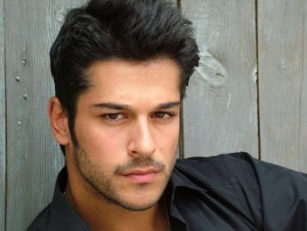 Burak-z-ivit-Turkish-actor-hottest-actors-26372080-604-453.jpg