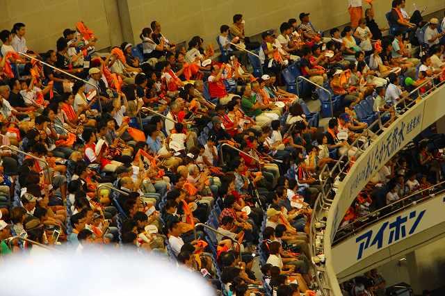 巨人・高橋由伸選手のHRに歓喜のジャイアンツ・ファン