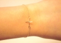 Cross charm on bracelet gold (1)