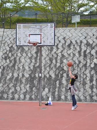 公園でバスケ