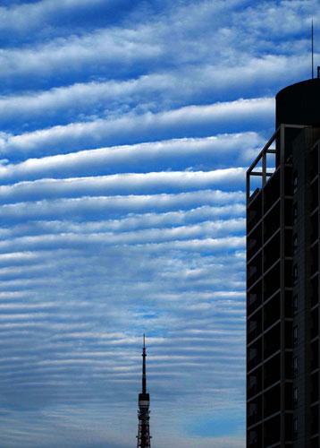 東京タワーと波状雲