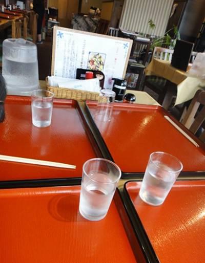 なな屋 テーブル