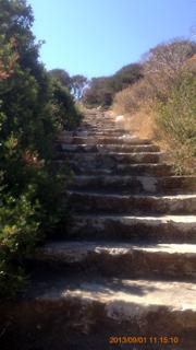 クーロス像への坂道