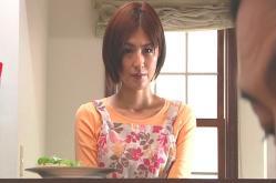 キッチンから夫を見ている佐和子