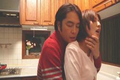 キッチンで妻に抱きつく誠