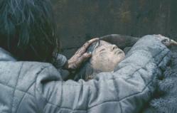亡くなった娘の遺体にすがりつく歯親