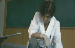 検案をしている下泉医師