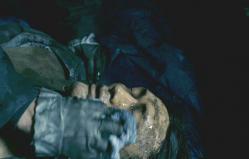 遺体の顔の泥をぬぐっている