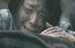 娘の遺体を撫でながら泣く母親