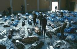 遺体安置所に横たわる遺体の数々