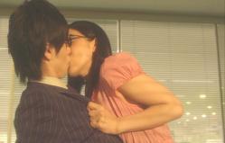 強引に俊介にキスをする丸悦実生
