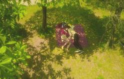 公園で添い寝する二人