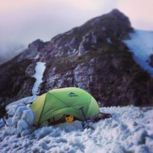 第一岩峰直下でのキャンプ