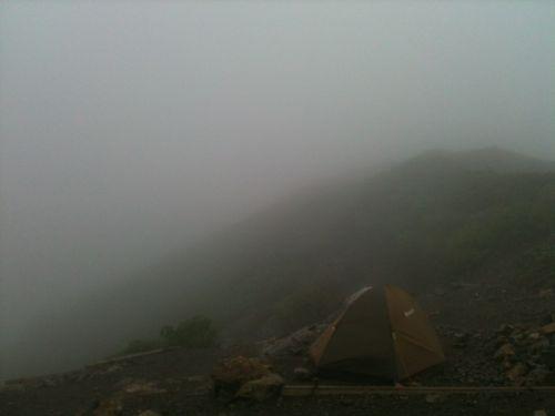 36朝のテン場は雲の中