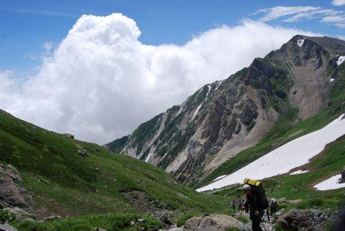 5雪渓を登りきった山友