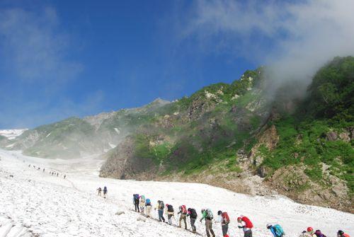 2大雪渓を登る人々